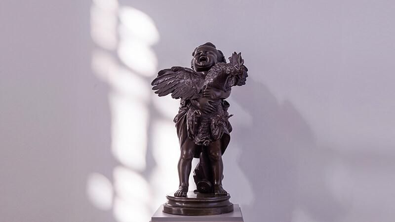 Скульптура «Ребенок, несущий петуха»